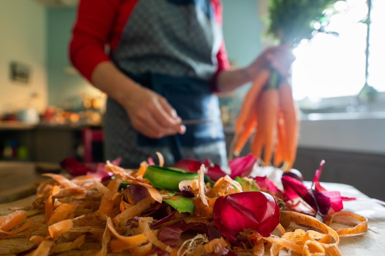 photo gros plan d'une femme et des legumes en cuisine
