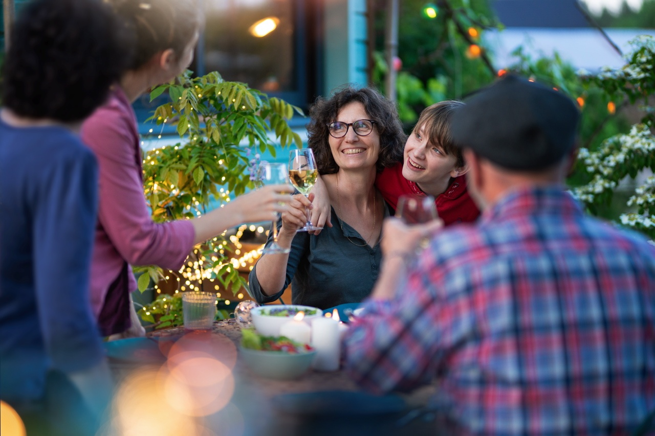 Photo lifestyle d'un repas de famille en terrasse