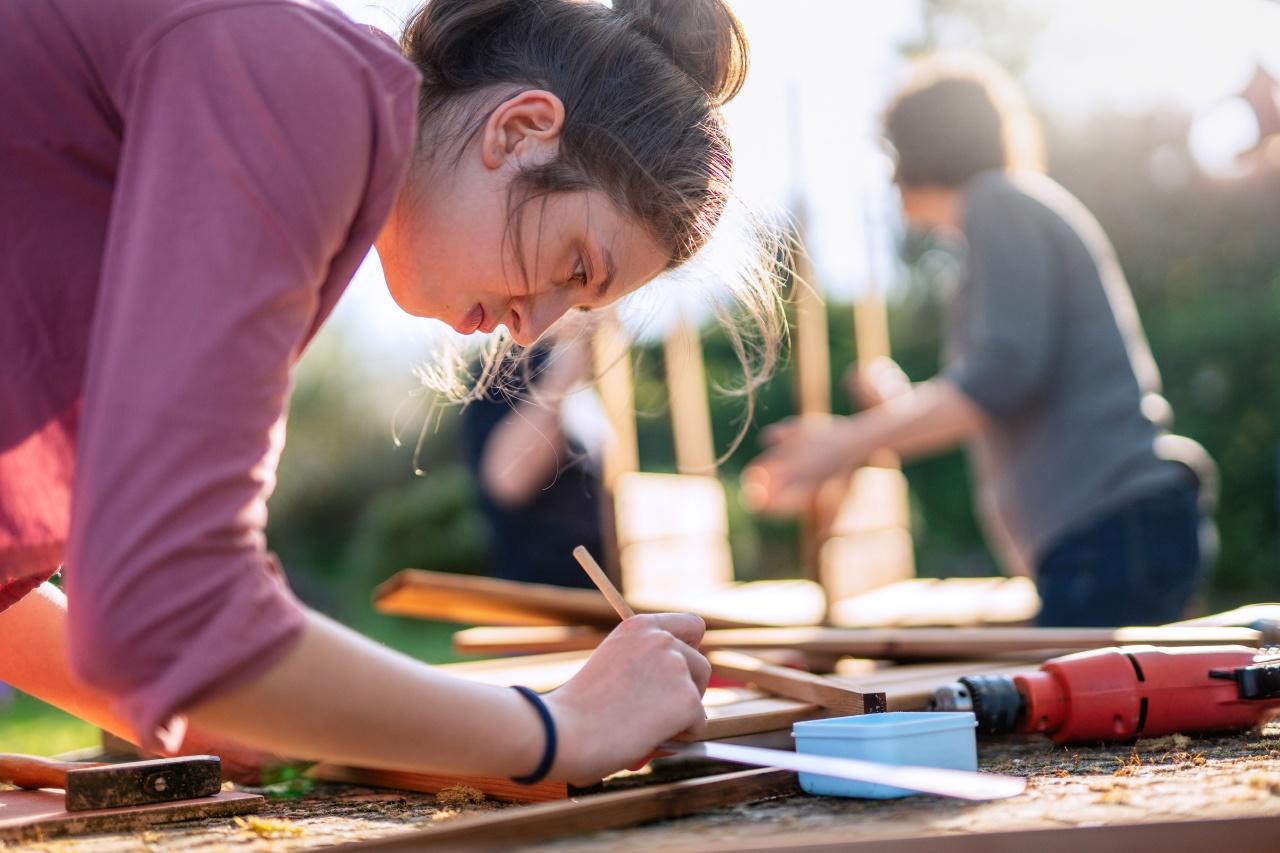 Photo d'une jeune femme bricolant avec sa famille