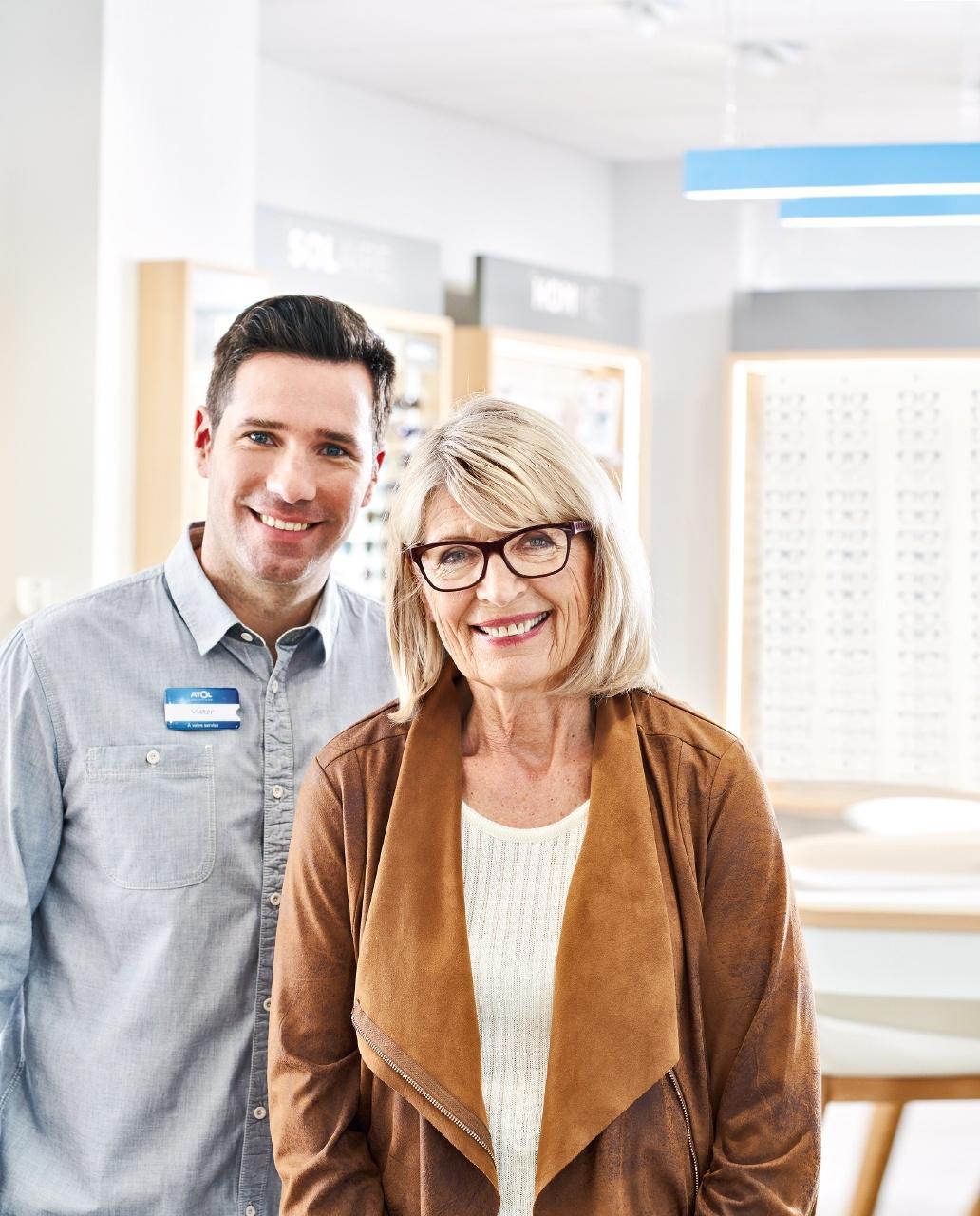 Photo publicitaire pour la marque Atol et ses lunettes connectées pour séniors