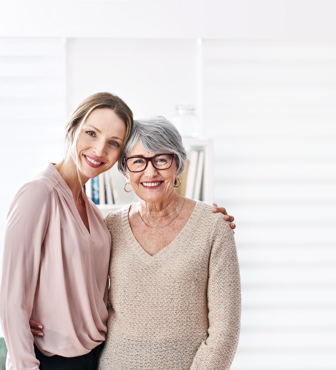 Photo d'une mere et sa fille pour illustrer les lunettes connectées Atol