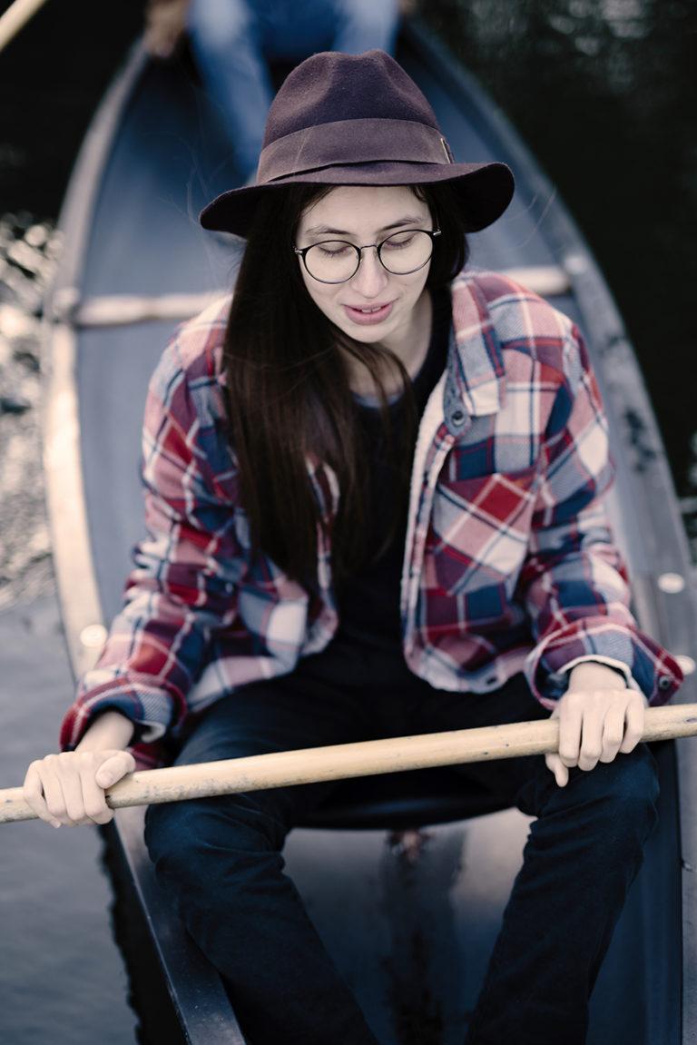 Portrait d'une jeune femme dans un canoé