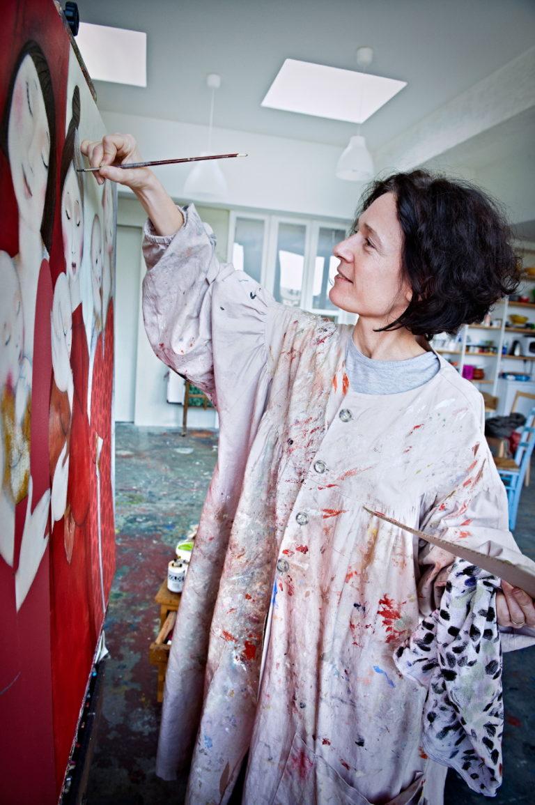 Portrait d'une artiste devant sa toile