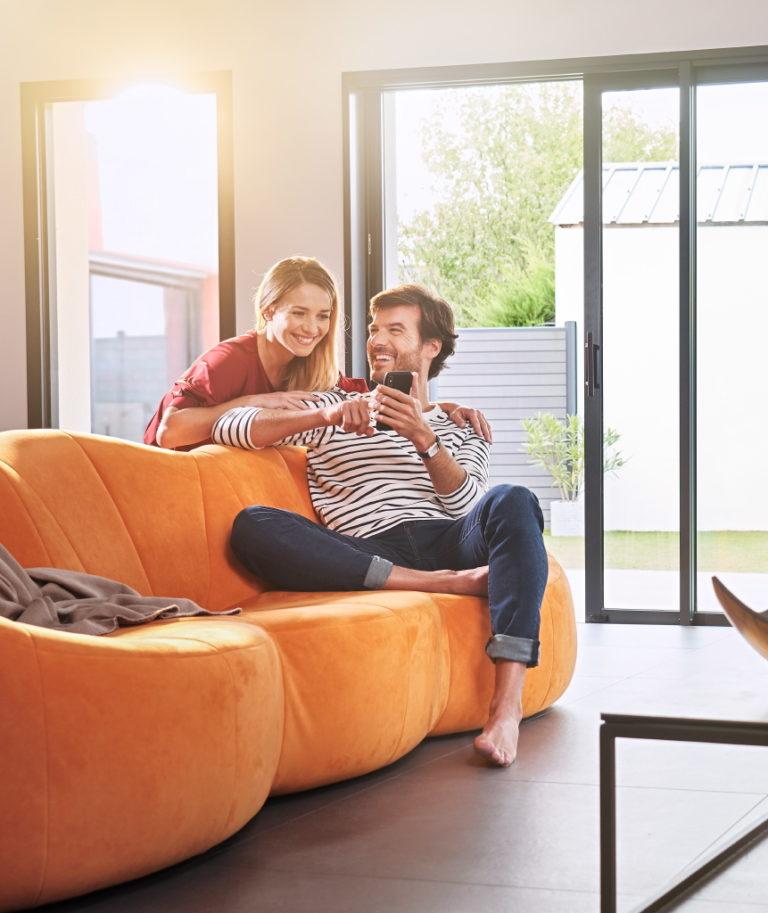 photo lifestyle couple dans son salon
