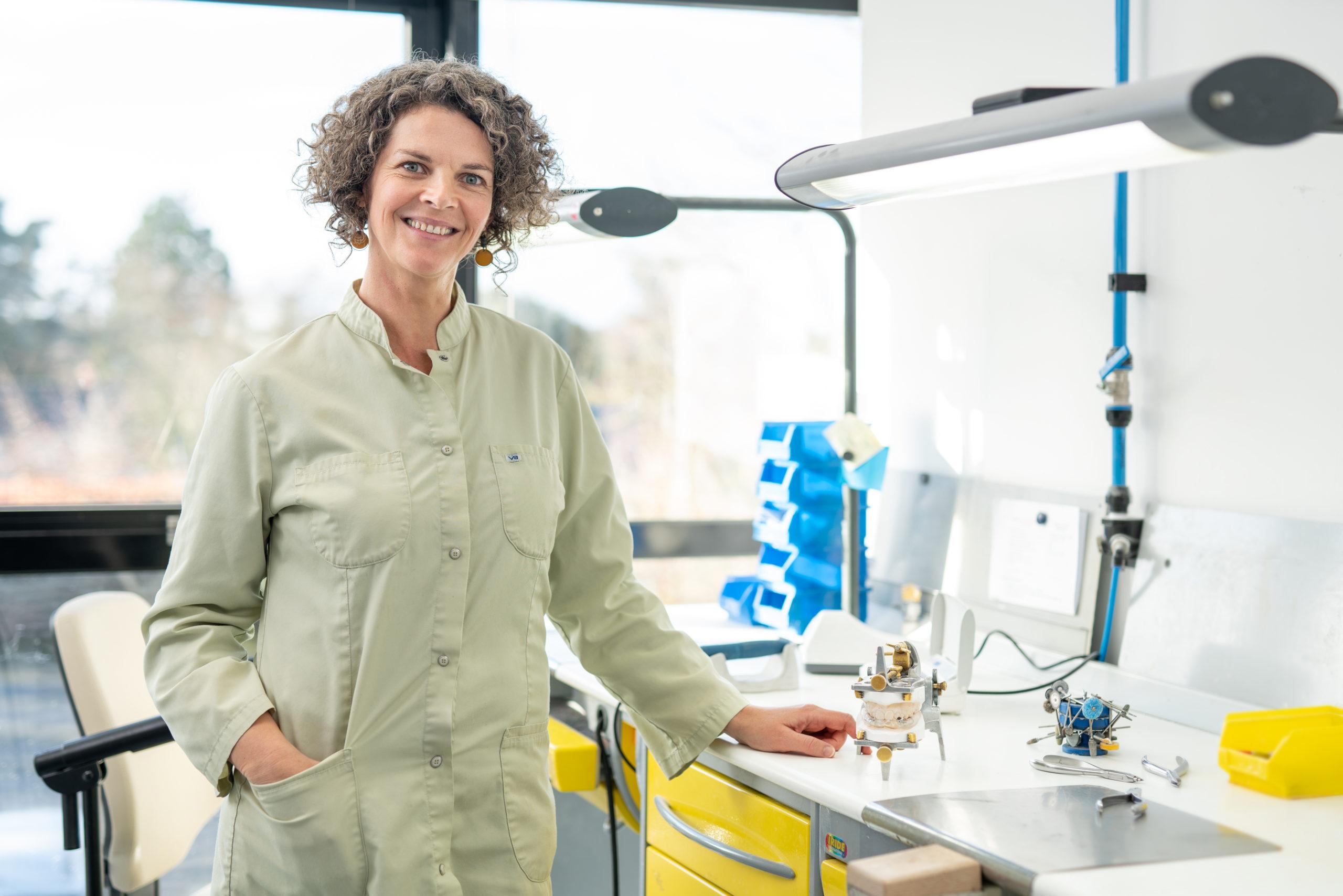 portrait d'une femme en laboratoire
